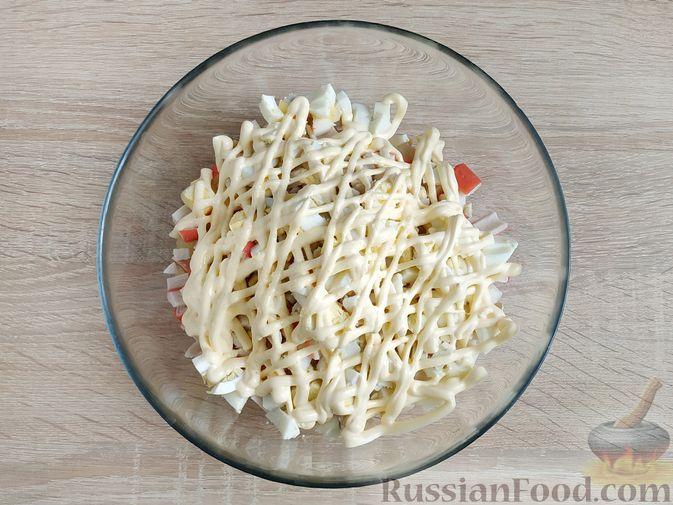 Фото приготовления рецепта: Крабовый салат с  ананасами и рисом - шаг №7
