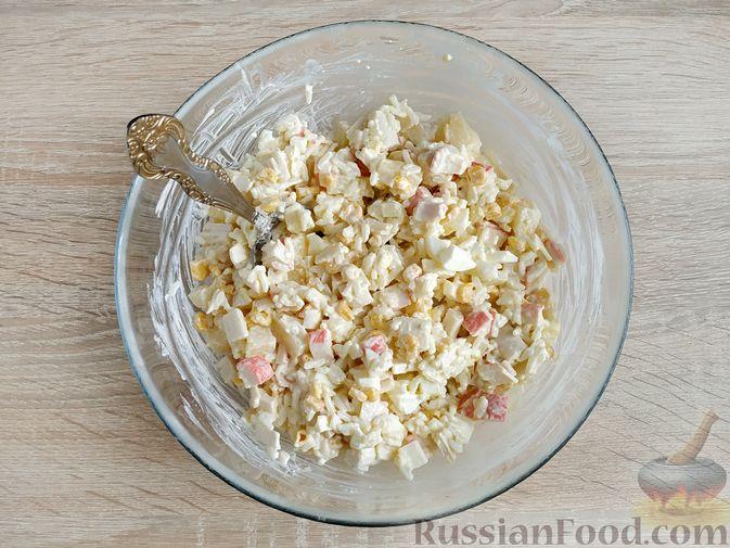 Фото приготовления рецепта: Крабовый салат с  ананасами и рисом - шаг №8