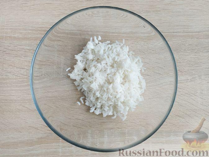 Фото приготовления рецепта: Крабовый салат с  ананасами и рисом - шаг №2