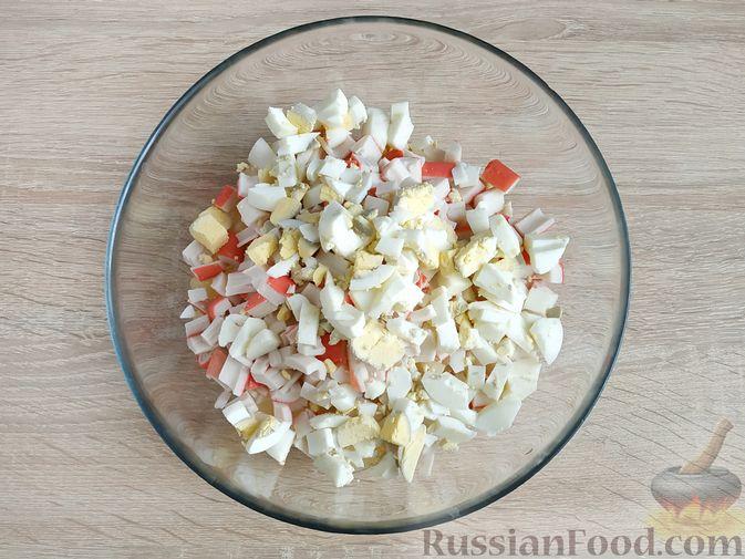Фото приготовления рецепта: Крабовый салат с  ананасами и рисом - шаг №6