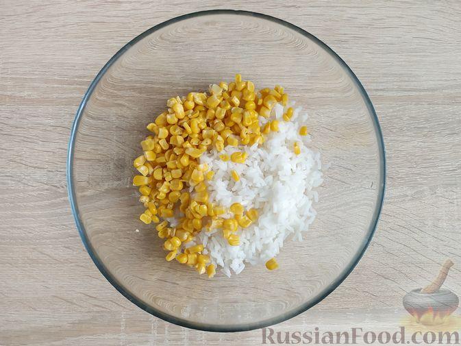 Фото приготовления рецепта: Крабовый салат с  ананасами и рисом - шаг №3