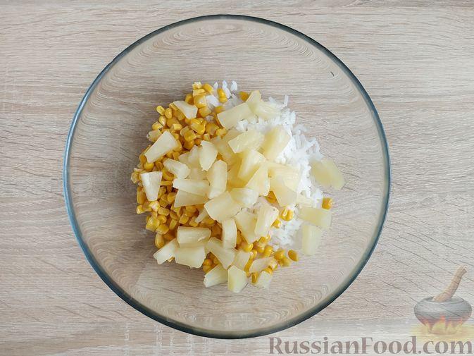 Фото приготовления рецепта: Крабовый салат с  ананасами и рисом - шаг №4