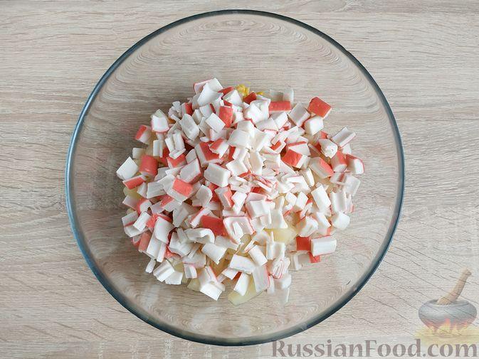 Фото приготовления рецепта: Крабовый салат с  ананасами и рисом - шаг №5