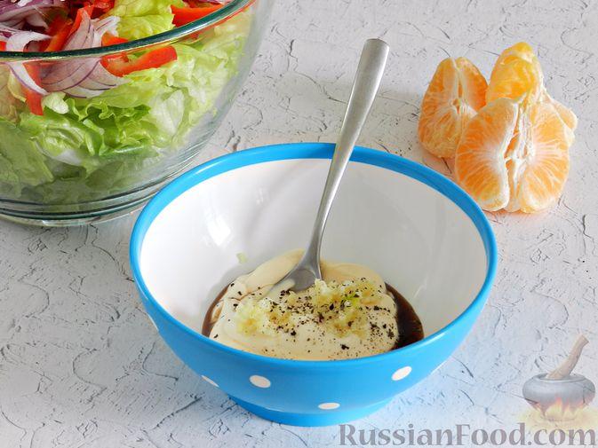 Фото приготовления рецепта: Салат с курицей, сырными шариками и мандаринами - шаг №11