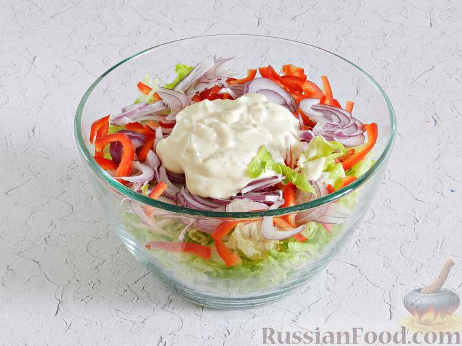 Фото приготовления рецепта: Салат с курицей, сырными шариками и мандаринами - шаг №12