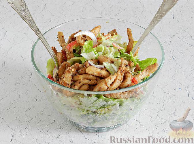 Фото приготовления рецепта: Салат с курицей, сырными шариками и мандаринами - шаг №13