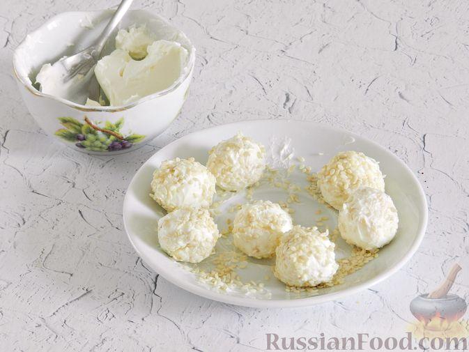 Фото приготовления рецепта: Салат с курицей, сырными шариками и мандаринами - шаг №15