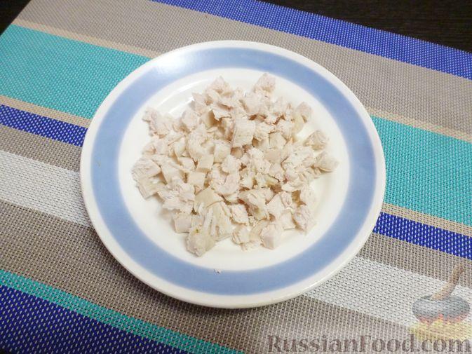 Фото приготовления рецепта: Слоёный салат с курицей, морковью и дайконом - шаг №4