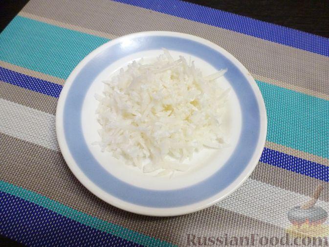 Фото приготовления рецепта: Слоёный салат с курицей, морковью и дайконом - шаг №6