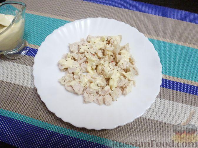 Фото приготовления рецепта: Слоёный салат с курицей, морковью и дайконом - шаг №7