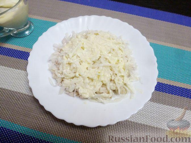 Фото приготовления рецепта: Слоёный салат с курицей, морковью и дайконом - шаг №8