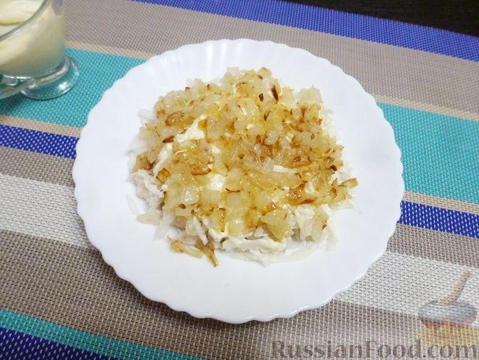 Фото приготовления рецепта: Слоёный салат с курицей, морковью и дайконом - шаг №9