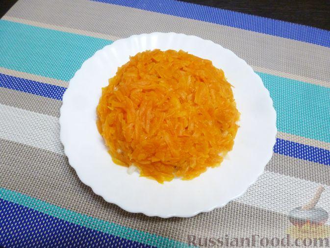 Фото приготовления рецепта: Слоёный салат с курицей, морковью и дайконом - шаг №10