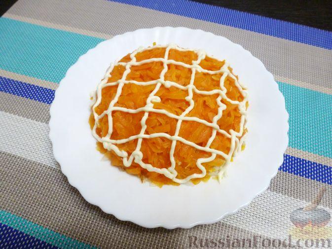 Фото приготовления рецепта: Слоёный салат с курицей, морковью и дайконом - шаг №11