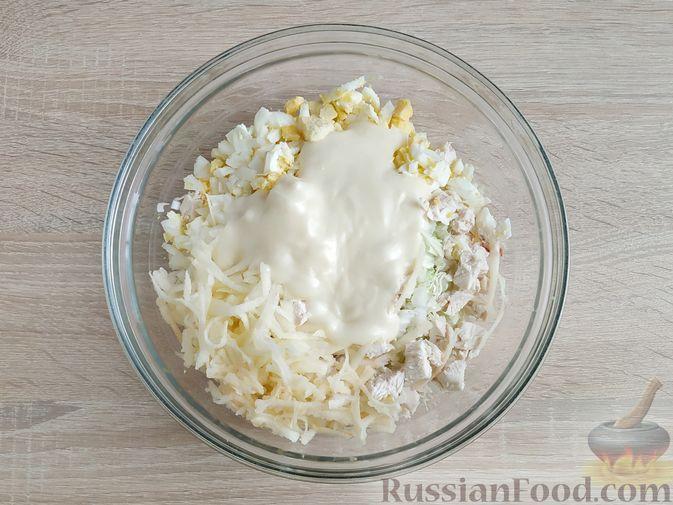 Фото приготовления рецепта: Салат с курицей, пекинской капустой и яблоком - шаг №12