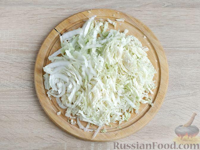 Фото приготовления рецепта: Салат с курицей, пекинской капустой и яблоком - шаг №5