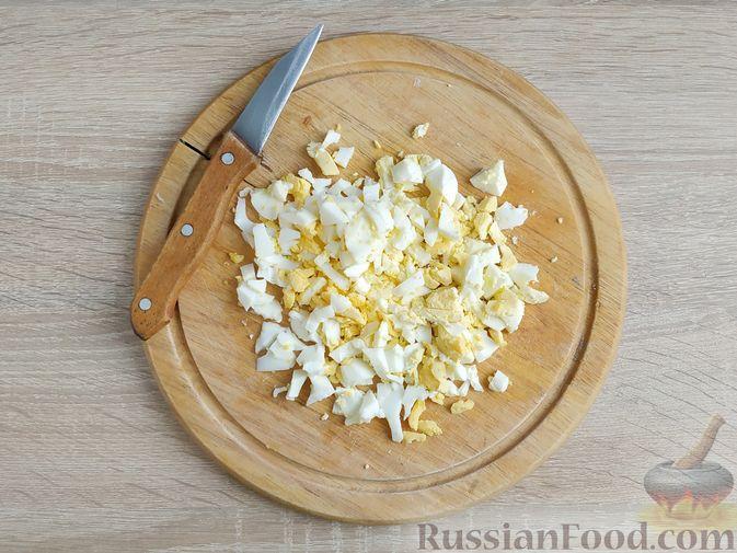 Фото приготовления рецепта: Салат с курицей, пекинской капустой и яблоком - шаг №4