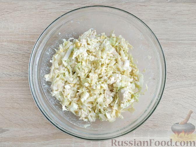 Фото приготовления рецепта: Салат с курицей, пекинской капустой и яблоком - шаг №13
