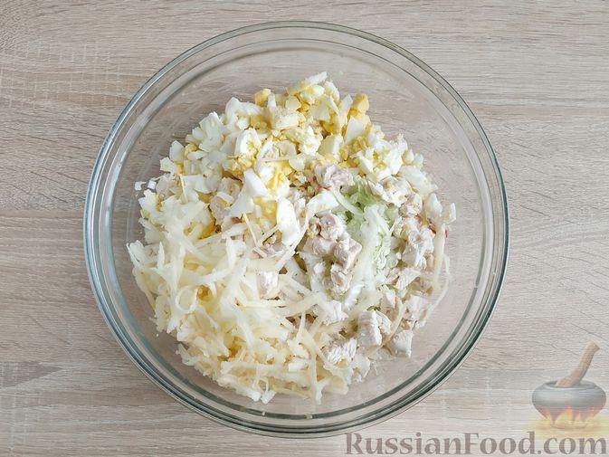 Фото приготовления рецепта: Салат с курицей, пекинской капустой и яблоком - шаг №8