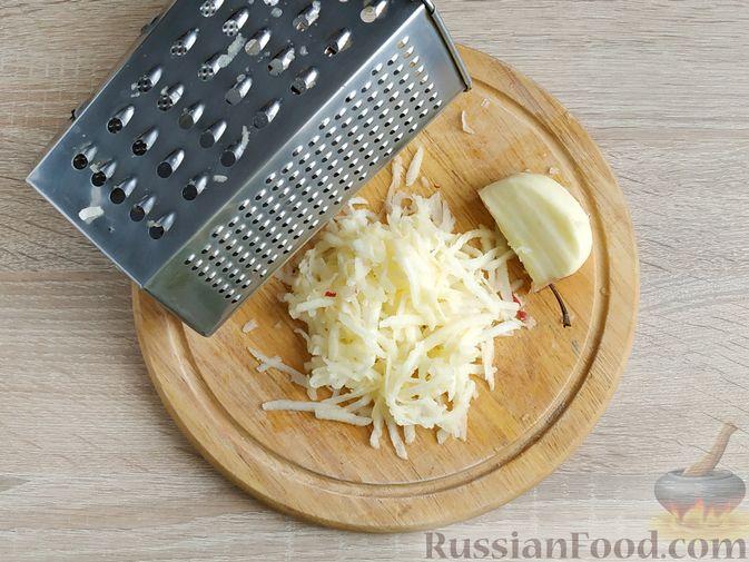 Фото приготовления рецепта: Салат с курицей, пекинской капустой и яблоком - шаг №6