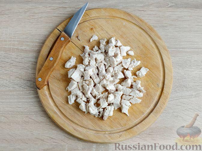 Фото приготовления рецепта: Салат с курицей, пекинской капустой и яблоком - шаг №3