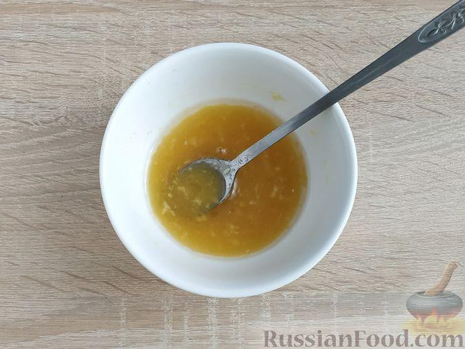 Фото приготовления рецепта: Салат с курицей, пекинской капустой и яблоком - шаг №10