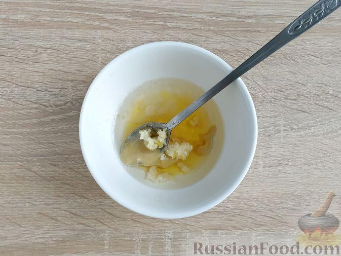 Фото приготовления рецепта: Салат с курицей, пекинской капустой и яблоком - шаг №9