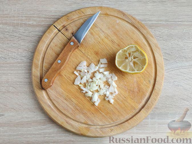 Фото приготовления рецепта: Салат с курицей, пекинской капустой и яблоком - шаг №7