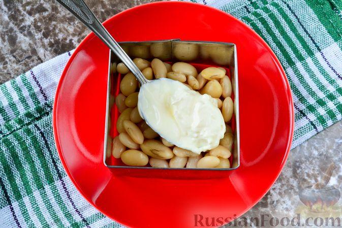 """Фото приготовления рецепта: Слоёный салат """"Белый"""" с курицей, фасолью и рисом - шаг №6"""