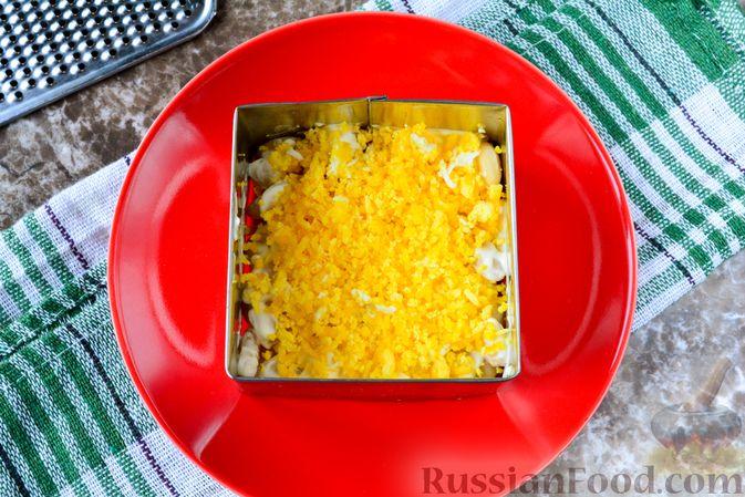 """Фото приготовления рецепта: Слоёный салат """"Белый"""" с курицей, фасолью и рисом - шаг №7"""