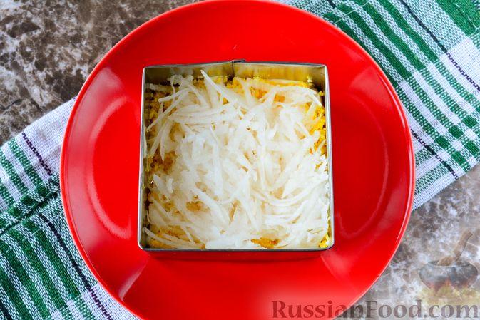 """Фото приготовления рецепта: Слоёный салат """"Белый"""" с курицей, фасолью и рисом - шаг №8"""