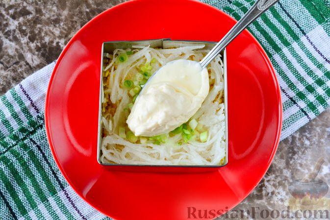 """Фото приготовления рецепта: Слоёный салат """"Белый"""" с курицей, фасолью и рисом - шаг №10"""