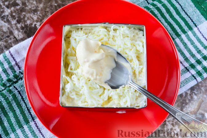 """Фото приготовления рецепта: Слоёный салат """"Белый"""" с курицей, фасолью и рисом - шаг №13"""