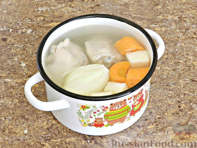 Фото приготовления рецепта: Гороховый суп с копчёной грудинкой и курицей - шаг №2