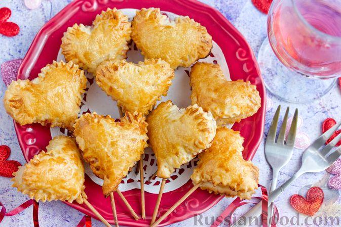 """Фото к рецепту: Слоёные пирожки """"Сердечки"""" с яблоками и вишнями"""