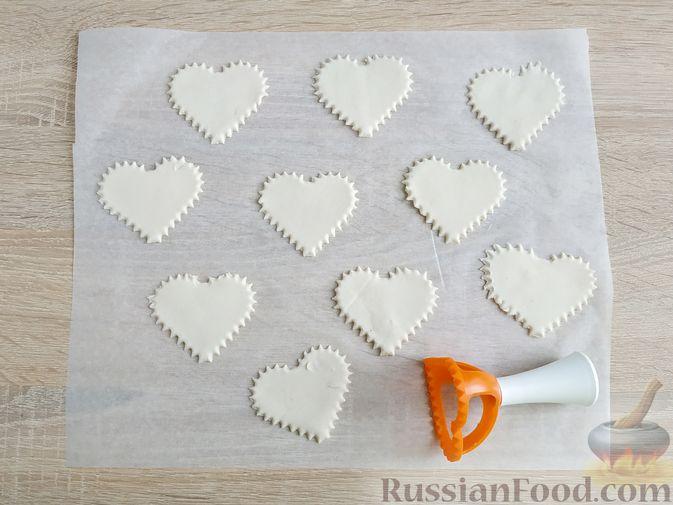 """Фото приготовления рецепта: Слоёные пирожки """"Сердечки"""" с яблоками и вишнями - шаг №8"""