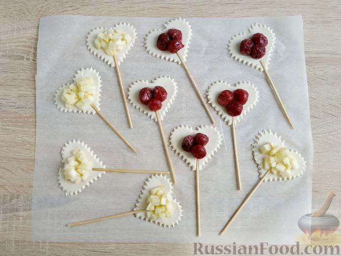 """Фото приготовления рецепта: Слоёные пирожки """"Сердечки"""" с яблоками и вишнями - шаг №10"""