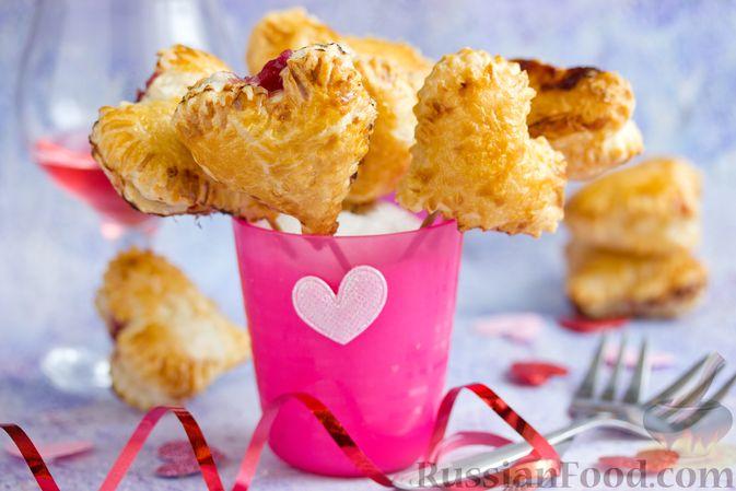 """Фото приготовления рецепта: Слоёные пирожки """"Сердечки"""" с яблоками и вишнями - шаг №14"""