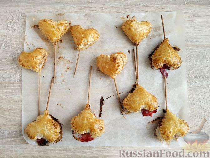"""Фото приготовления рецепта: Слоёные пирожки """"Сердечки"""" с яблоками и вишнями - шаг №13"""