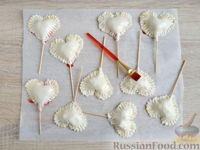 """Фото приготовления рецепта: Слоёные пирожки """"Сердечки"""" с яблоками и вишнями - шаг №12"""