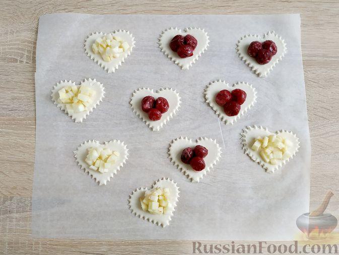 """Фото приготовления рецепта: Слоёные пирожки """"Сердечки"""" с яблоками и вишнями - шаг №9"""