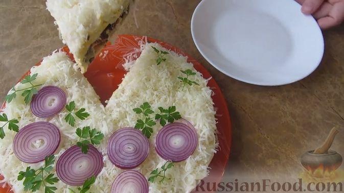 Фото приготовления рецепта: Закрытый слоёный пирог с курицей и луком-пореем - шаг №7
