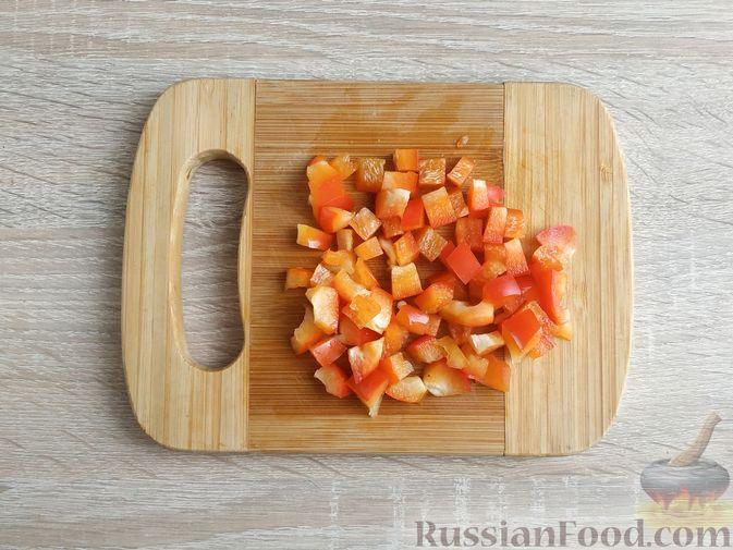 Фото приготовления рецепта: Салат из пекинской капусты с фасолью и сельдью - шаг №3