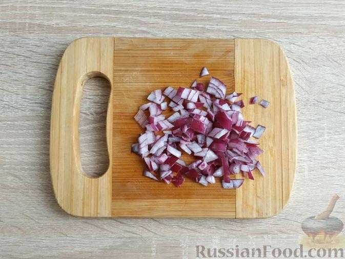 Фото приготовления рецепта: Салат из пекинской капусты с фасолью и сельдью - шаг №4