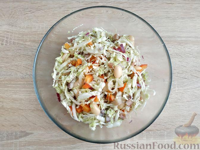 Фото приготовления рецепта: Салат из пекинской капусты с фасолью и сельдью - шаг №9