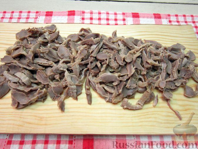 Фото приготовления рецепта: Салат из редьки, лука и куриных желудков - шаг №3