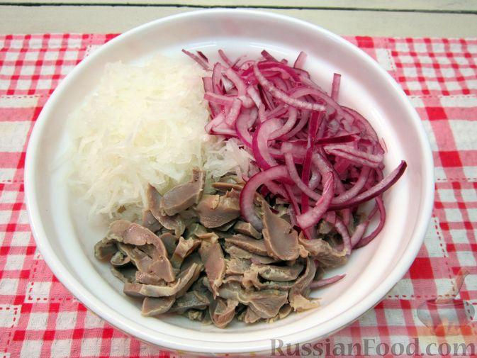 Фото приготовления рецепта: Салат из редьки, лука и куриных желудков - шаг №6