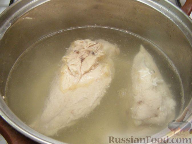 Фото приготовления рецепта: Салат из креветок с курицей и ананасами - шаг №2