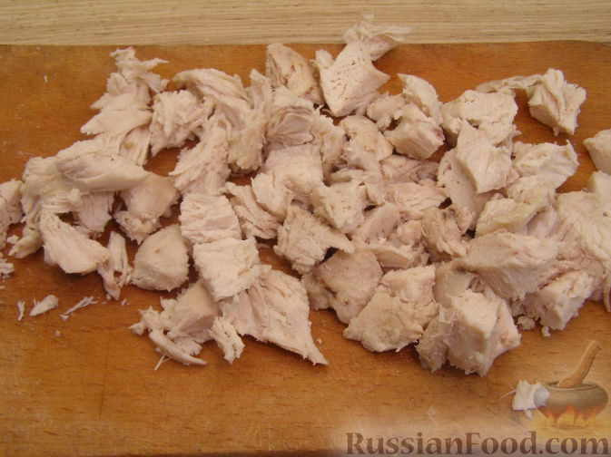 Фото приготовления рецепта: Салат из креветок с курицей и ананасами - шаг №4