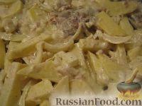 Фото приготовления рецепта: Скумбрия с картофелем, запеченные под майонезом - шаг №6